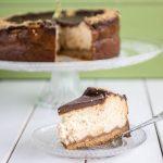 עוגת גבינה אפויה עם ציפוי שוקולד