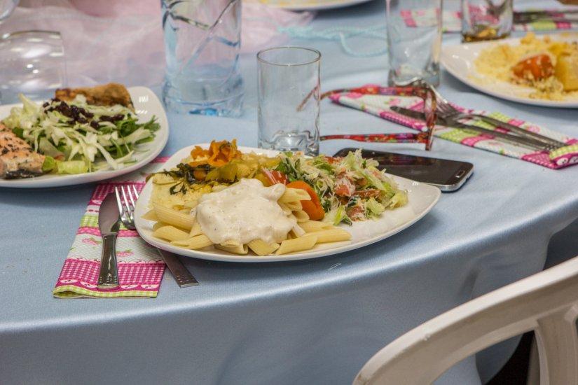 צלחת מלאה עם מאכלים של הקייטרינג האופה מהכפר